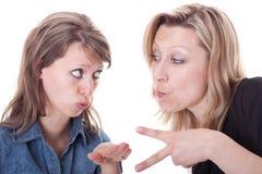 Due giovani donne stanno giocando la roccia, il documento, forbici Fotografia Stock Libera da Diritti