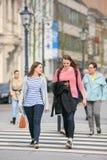 Due giovani donne su un passaggio pedonale, Breda, Paesi Bassi Fotografia Stock Libera da Diritti