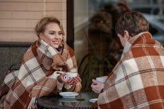 Due giovani innamorati che riposano con il caffè all'aperto Fotografie Stock