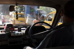 Due giovani mendicanti, il bambino con acrocephaly, passeggiata nel traffico in Calcutta immagine stock