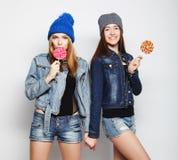 Due giovani migliori amici delle ragazze dei pantaloni a vita bassa Fotografia Stock Libera da Diritti
