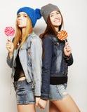 Due giovani migliori amici delle ragazze dei pantaloni a vita bassa Fotografie Stock