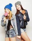 Due giovani migliori amici delle ragazze dei pantaloni a vita bassa Fotografie Stock Libere da Diritti