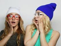 Due giovani migliori amici delle ragazze dei pantaloni a vita bassa Immagini Stock Libere da Diritti