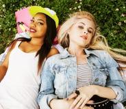 Due giovani migliori amici graziosi delle ragazze dell'adolescente che mettono su erba che fa la foto del selfie divertendosi, ge Fotografie Stock Libere da Diritti