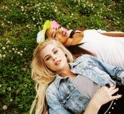 Due giovani migliori amici graziosi delle ragazze dell'adolescente che mettono su mak dell'erba Fotografie Stock