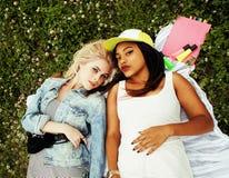 Due giovani migliori amici graziosi delle ragazze dell'adolescente che mettono su mak dell'erba Fotografia Stock