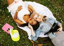 Due giovani migliori amici graziosi delle ragazze dell'adolescente che mettono su mak dell'erba Immagini Stock Libere da Diritti