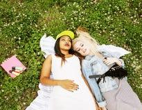 Due giovani migliori amici graziosi delle ragazze dell'adolescente che mettono su mak dell'erba Immagini Stock