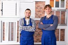 Due giovani operai che ispezionano le finestre Immagini Stock