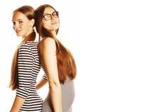 Due giovani operai isolati su bianco, gli stessi vestiti nella striscia Fotografie Stock Libere da Diritti