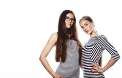Due giovani operai isolati su bianco, gli stessi vestiti nella striscia fotografie stock