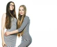 Due giovani operai isolati su bianco, gli stessi vestiti nella striscia immagine stock libera da diritti