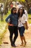 Due giovani ragazze africane che godono di un giorno di vacanza all'inverno Sculptu immagine stock libera da diritti
