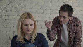 Due giovani ragazze lesbiche litigano, comprendendo male, conflitto, lo scandalo, il dolore, una giovane famiglia, una ragazza co stock footage