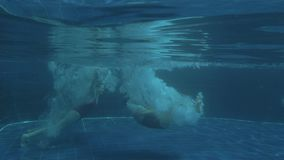 Due giovani ragazze sexy che saltano in acqua di lusso dello stagno il giorno soleggiato archivi video