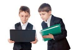 Due giovani ragazzi che osservano lo schermo del computer portatile Immagine Stock Libera da Diritti