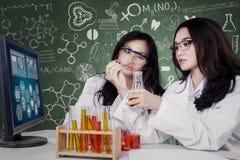 Due giovani scienziati che effettuano ricerca Immagini Stock