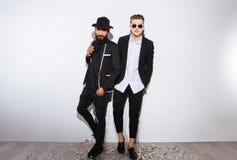Due giovani sicuri attraenti in vestiti neri moderni Fotografie Stock Libere da Diritti