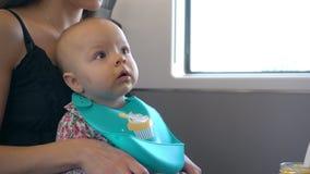 Due giovani signore che alimentano un bambino sul treno Fotografia Stock