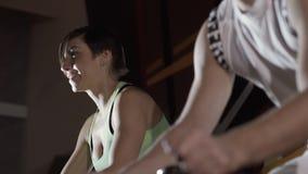 Due giovani sportivi che si esercitano insieme sull'apparecchiatura di addestramento video d archivio
