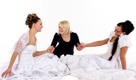 Due giovani spose ed amico fotografia stock
