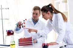 Due giovani studenti del chimico che ricercano al laboratorio della scuola Fotografia Stock Libera da Diritti