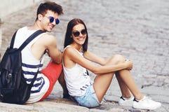 Due giovani turisti che prendono una rottura sulle vecchie scala Fotografie Stock