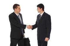 Due giovani uomini d'affari accolgono Immagini Stock Libere da Diritti