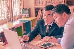 Due giovani uomini d'affari che interagiscono alla riunione nell'ufficio, Fotografia Stock Libera da Diritti