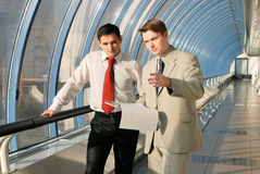 Due giovani uomini d'affari sulla riunione fotografia stock