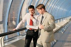 Due giovani uomini d'affari sulla riunione fotografia stock libera da diritti
