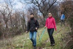 Due giovani viandanti esplorano le tracce nelle montagne Immagini Stock Libere da Diritti