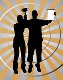 Due giovani vincitori con il trofeo su oro argentano il fondo fotografie stock
