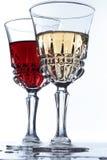 Due glases con vino rosso bianco e su una tabella Immagine Stock