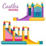 Due gonfiabili variopinti dei castelli isolati sul manifesto bianco di vettore illustrazione vettoriale