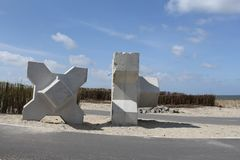 Due grandi x-blocchi che rimangono alla spiaggia dopo gli impianti per il porticciolo del pilastro Fotografie Stock Libere da Diritti
