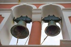 Due grandi campane di chiesa rustiche sopra la struttura La costruzione è arrugginita ma la pittura è ancora in buone condizioni  Immagine Stock Libera da Diritti
