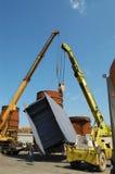 Due grandi gru muovono e muovono due grandi tubi per la costruzione del tubo Fotografie Stock