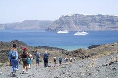 Due grandi navi passeggeri bianche fra le isole di Santorini Immagini Stock Libere da Diritti