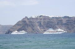 Due grandi navi passeggeri bianche fra le isole di Santorini Fotografie Stock