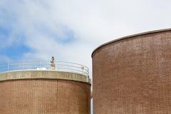 Due grandi serbatoi in un impianto di trattamento delle acque reflue Fotografie Stock
