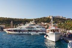 Due grandi yacht delle barche messi in bacino nella stagione croata di navigazione da diporto del porto Fotografia Stock Libera da Diritti