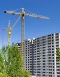 Due gru a torre su costruzione del buil residenziale di multi-storia Fotografia Stock