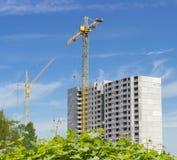 Due gru a torre su costruzione del buil residenziale di multi-storia Fotografia Stock Libera da Diritti