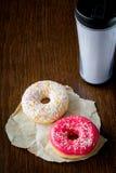 Due guarnizioni di gomma piuma e chiavette di caffè Prima colazione in caffè Fotografie Stock