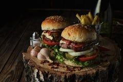 Due hamburger del manzo su un fondo scuro Fotografia Stock Libera da Diritti
