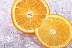 Due hanno affettato l'arancio su una parte di ghiaccio Immagine Stock Libera da Diritti