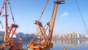 Due hanno attraccato le gru galleggianti stanno nel porto in attesa di un rimorchiatore 4K stock footage