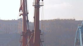 Due hanno attraccato le gru galleggianti stanno nel porto in attesa di un rimorchiatore 4K video d archivio